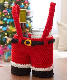 Santa Pants Gift Holder --Crochet a holder that will present your gift in a very special way! Our Santa Pants is sized to hold bottles of wine or glass candles with festive style and originality. Crochet Christmas Gifts, Crochet Christmas Decorations, Holiday Crochet, Christmas Wine, Christmas Knitting, Crochet Gifts, Christmas Patterns, Crochet Ornaments, Christmas Projects