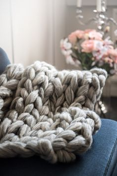 Fin lille plaid strikket i Mayflower Mega Chuncky. Et fint lille tæppe til at holde de værkende knæ varme, eller