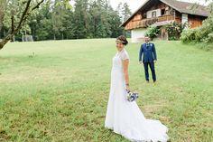 Gabriele und Alexander - eine romantische Hochzeit in Aigen-Schlägl, Mühlviertel, Österreich. Braut und Bräutigam beim Fotoshooting.  Bride and groom at a wedding photo shooting in Aigen-Schlägl, Austria.