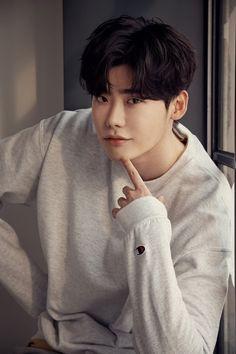 """Lee Jong Suk recientemente concedió una entrevista, antes del estreno de su película """"V.I.P"""". Le preguntaron varias cosas sobre su carrera. Con respecto a su imagen de chico guapo, dijo: """"Cuando tenía 20, pensaba que cuando cumpliera 30 sería más varonil. Sin embargo, me equivoqué. Envidio ver a otros chicos y senior que tienen una …"""