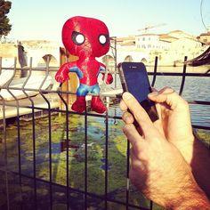 """Spidey vanitoso """"@igersrimini mentre fotografa Spideruccio a #Rimini! #igersitalia_swspidermantour #igersbologna_intrasferta"""""""