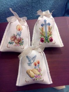 Recuerdos para Comunion Disney Christmas Decorations, Religious Cross, Cross Stitch Patterns, Sewing Crafts, Needlework, Reusable Tote Bags, Embroidery, Natural Cleaning Products, Communion Favors