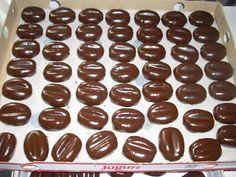 Piškóty detské 100 g Vlašské orechy 50 g Cukor práškový 60 g Maslo 100 g Káva mletá 4 lyžička kávová vrchovatá Kakao 4 lyžička kávová vrchovatá Rum 10 lyžička kávová rovná Čokoláda na varenie 1 ks