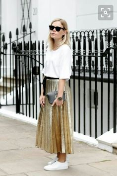The metallic pleated skirt is a huge trend this season. See how with these 5 casual-chic pleated skirt outfits. Gold Skirt Outfit, Pleated Skirt Outfit, Skirt Outfits, Cool Outfits, Summer Outfits, Casual Outfits, Pleated Skirts, Look Fashion, Fashion Outfits