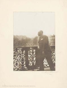 En París. Fotografía de Henri Manuel, 22 x 15,5 cm, en h. de 33 x 25,5 cm.  [Colección de material gráfico de Vicente Blasco Ibáñez] (1900-19??)