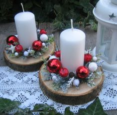Svícen na dřevěné podložce / Zboží prodejce Silene | Fler.cz Christmas Candle Decorations, Christmas Arrangements, Christmas Tablescapes, Christmas Candles, Christmas Art, Christmas Ornaments, Xmas Wreaths, Holiday Crafts, Ideas