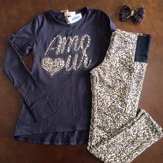 Mamães, esse look não está demais, o que acham?   ✅Conjunto de blusinha e calça de legging confeccionada em molecotton para conforto no vestir, com detalhe em elástico no cós.   Venha conferir em: www.purezababy.com.br/blusa-amour-com-legging-infanti