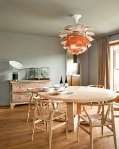 Xilos table (Antonio Citterio), CH24 chairs (wishbone chairs) by Hans Wegner, Artichoke lamp by Poul Henningsen