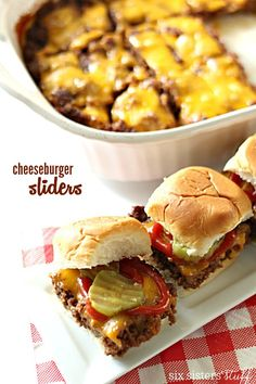 Baked Cheeseburger Sliders These easy sliders are baked in a pan and then you cut the patties to be the exact size of the bun! Baked Burgers, Mini Burgers, Turkey Burgers, Veggie Burgers, Cheeseburger Sliders, Cheeseburgers, Cheeseburger Pasta, Tostadas, Beef Recipes