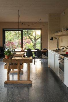 Snekkerbenk som kjøkkenøy - Aftenposten Nordic Living, Wood Architecture, Prefab, Kitchen Island, Interior Design, Table, House, Inspiration, Furniture