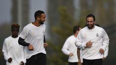 http://www.tuttosport.com/foto/calcio/champions-league/2016/11/01-16967175/foto_juventus_allegri_abbraccia_pjanic_higuain_ascolta_marchisio/