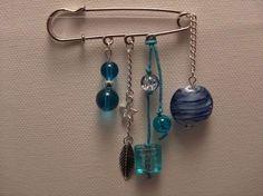 Broche épingle perles verre bleues de SQUARE-BIJOUX sur DaWanda.com