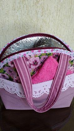 Lancheira térmica com toalhinha, ideal para levar o lanche no trabalho ou escola.
