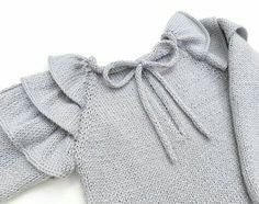 Knitted Sweater with Ruffles for baby - Tutorial and Pattern - Baby Sweater Knitting Pattern, Knit Baby Sweaters, Girls Sweaters, Baby Knitting Patterns, Baby Patterns, Dress Patterns, Pull Bebe, Diy Kleidung, Knitting For Kids