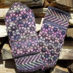 """Rose Wreath Mittens"" from The Mitten Book"