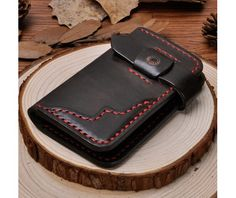 Nice wallet. Like the black & red contrast.