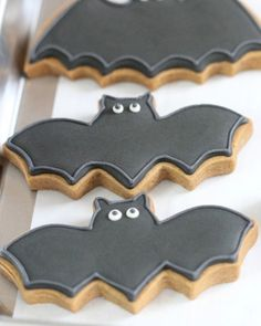 bat decorated cookies for halloween It's a question I get quite a bit: Are there any other substitutes for meringue powder besides egg whites? Can you make royal icing with anything besides raw egg whites or meringue powder? Having experimented with quite Halloween Desserts, Bolo Halloween, Postres Halloween, Halloween Cookies Decorated, Halloween Party Snacks, Halloween Sugar Cookies, Fete Halloween, Holloween Cookies, Halloween Cookie Recipes