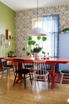 dining room, renovation, green wall, old furnitures, teak sideboard, old house, houseplants, wall clock, retro, vintage, orange table, colourful wool carpet, spoke chairs, boråstapeter wallpaper, colourful room, Marimekko linen curtain, ruokailuhuone, vihreä seinä, teak senkki, värikäs villamatto, seinäkello, pinnatuolit, oranssi pirtinpöytä, värikäs huone,