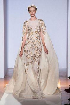 Vestido de novia con inspiración en las diosas griegas en color blanco con detalles bordados en tono dorado - Foto Zuhair Murad