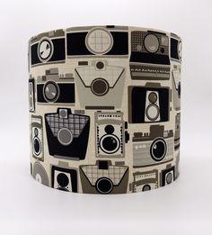 Schöner, eleganter Lampenschirm. Alte Fotoapparat erinnern an vergangene Zeiten.