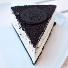 No bake lemon cheesecake with Oreo crust, Hudson wants this for dinner tonight! Cookies And Cream Cheesecake, No Bake Lemon Cheesecake, Cheesecake Desserts, Cookie Desserts, Just Desserts, Cookie Recipes, Delicious Desserts, Dessert Recipes, Cupcakes
