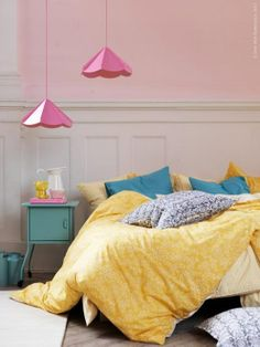 Begin your day refreshed and energized with ÅKERTISTEL yellow bedding.