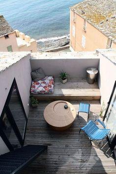 Une petite terrasse entre la chambre (à gauche) et le salon (à droite)