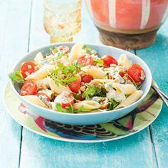 Pastasalade met cherrytomaatjes - Deze salade is heerlijk met geroosterde pijnboompitjes. #zomer #salade #recept #JumboSupermarkten