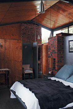 Una casa de ladrillo, hierro y madera en bruto