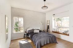 חדר ההורים נמצא בקצה השני של הבית. הקיר שבגב המיטה הודגש באפור בהיר, והחלון ''נדחף'' החוצה, כדי ליצור ספסל נעים (צילום: אורית ארנון)