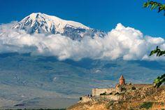 Хор Вирап—армянский монастырь на границе с Турцией у подножья библейской горы Арарат, на которой, согласно преданию, оказался Ной на ковчеге