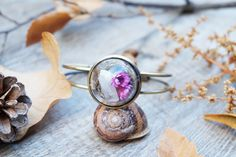Terrarium bracelet with quartz cristal point and tiny dried flowers. Beautiful piece for any woodland boho outfit :)