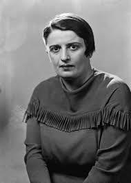 Ayn Rand (1905-1982) fue una filósofa y escritora estadounidense de origen judío cuya carrera profesional comenzó en 1932, ''El manantial'' y ''La rebelión de Atlas'', y por haber desarrollado un sistema filosófico al que denominó «objetivismo». Rand defendía el egoísmo racional, el individualismo y el capitalismo <<laissez faire>>. Ayn Rand falleció en Nueva York el 6 de marzo de 1982.