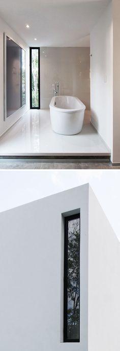 Fenster-Stil Ideen schmale senkrechte Fenster / / das schmale Fenster in diesem zweiten Stock Badezimmer ermöglicht die Freiheit der Blick aber verhindert, dass Menschen nach unten unten sehen mehr, als Sie erfahren möchten.