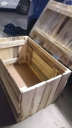 My First Project Ever: A Pallet Chest I made this chest using old pallets, it's first ever project and help so much with my mental health Outdoor Pallet Bar, Outdoor Pallet Projects, Pallet Wine, Pallet Crafts, Wood Projects, Pallet Cooler, Pallet Patio, Pallet Chest, Pallet Boxes