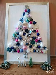 Creative Christmas Tree In A Frame Diy Christmas Tags, Wall Christmas Tree, Creative Christmas Trees, Diy Christmas Lights, Pallet Christmas, Christmas Door Decorations, Christmas Love, Christmas Crafts For Kids, Xmas Tree