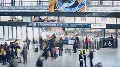 Doba dovolených je už za rohem. Pokud nejste zvyklí na létání, možná si už nepamatujete, jak se správně chovat na letišti – co patří do příručního zavazadla, co do odbaveného asčím nemůžete cestovat vůbec. Připomeňte si také, jak projít bezpečnostní kontrolou, abyste nezdržovali sebe ani ostatní.