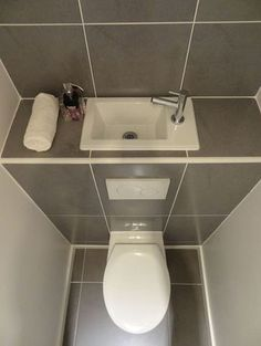 sehr kleines g ste wc gestalten idee f r toilette unter der treppe bad pinterest g ste. Black Bedroom Furniture Sets. Home Design Ideas