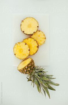 Pineapples are an excellent source of Vitamin C and other antioxidants. They contain bromelain, an anti-inflammatory enzyme which is great for a natural detox and your immune system. Its rich source of Vitamin C is also beneficial to skin as when eaten in Photo Fruit, Photo Food, Fruit And Veg, Fruits And Vegetables, Fresh Fruit, Vegetables List, Freezing Vegetables, Vitamin C, 3 Chakra