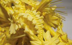 Una característica única de este trabajo de artesanía es que se trabaja con las hojas de una planta que pueden seguir vivas si se conservan adecuadamente. El trabajo de preparación de la palma blanca dura todo el año. Primero, se [...]