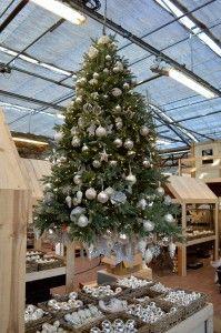 Un bellissimo albero sospeso con decorazioni argento e trasparenti: per un Natale di ghiaccio! Visita il nostro villaggio di Natale dal 31 ottobre