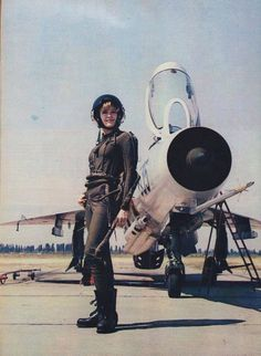 A lady of the Yugoslavian Air Force poses beside her Sukhoi Su-17.