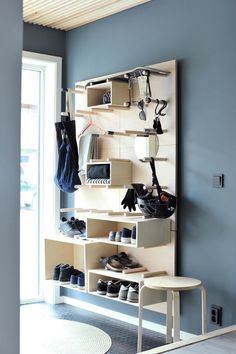 På jakt etter nye løsninger for smart oppbevarin. Muebles Home, Diy Furniture, Furniture Design, Hallway Inspiration, Hallway Ideas, Small Hallways, Smart Storage, Home Organization, Shelving