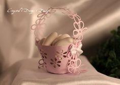 secchiello portaconfetti realizzato con carta intagliata e manico corolla interamente inciso a fiori. Il tutto rifinito con fiocchetti laterali in doppio raso