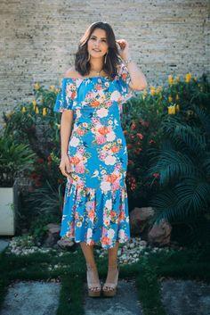 vestido com decote ombro a obro azul floral do verão 2017. comprimento mídi e sapato nude. martinha fonseca do armário de madame