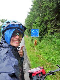 Juli-e-cycle et une arrivée mouillée à la frontière belge ardennaise. Heureusement, je suis bien protégée avec les lunettes de pluie et le poncho! #velo #bicyclette #veloelectrique #ebike #vae #tourdefrance #cyclingtour #cyclotourisme #RestartCycleTourism #ardennes #belgique #orval #abbayeOrval #juli_e_cycle #velafrica