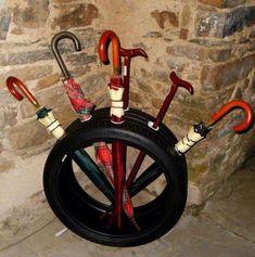 Vecchi pneumatici trasformati in portaombrelli