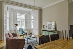 Imádnivaló a rózsaszín bársony kanapé és kék bársony fotel ebben a 14. kerületi lakásban. Tökéletesen harmonizáló színek, tökéletes belső terek.