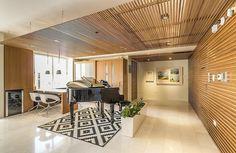 Holzdecke weiße Wände Wohnzimmer Landhausstil Kilim   Haus und ...