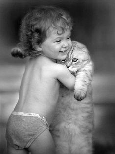 Jeune enfant avec son chat - Photo en noir & blanc / Source : Blog / Lusile 17 / Publiée le 21 mai 2015 -